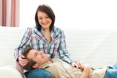 共享一起微笑的夫妇时候 免版税库存照片