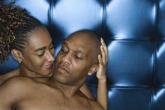 共享嫩年轻人的有吸引力的夫妇时候 库存照片