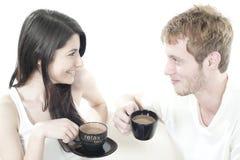 共享时间年轻人的咖啡夫妇 免版税图库摄影