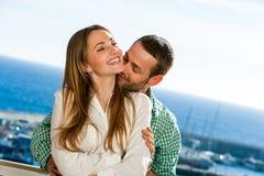 共享秘密的逗人喜爱的夫妇。 库存图片