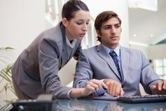 共同努力在个人计算机的企业小组 免版税库存图片