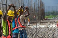 共同努力的建筑工人 库存照片