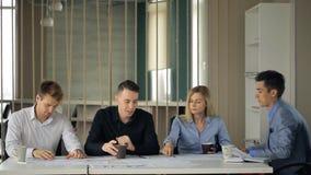 共同工作的人民在办公室谈论企业协议 股票视频