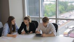 共同工作的人民在办公室谈论坐的文件 股票录像