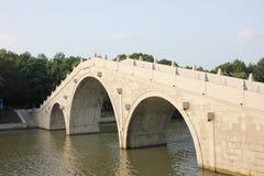 共同的石桥梁横穿通过一条河在森林(嘉兴,中国)里 库存图片
