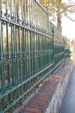 共同的绿色金属篱芭 免版税库存图片