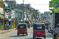 共同的Sri Lankian在科伦坡拥挤了有另外运输的2011年12月7日的街道和步行者 免版税库存照片