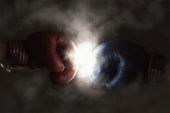 共和党人和民主党竞选的象征与拳击 免版税库存图片