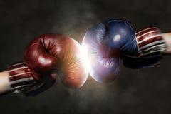 共和党人和民主党竞选的象征与拳击 图库摄影