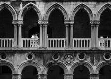 共和国总督宫殿的拱道在威尼斯在意大利 免版税库存照片