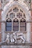 共和国总督弗朗切斯科下跪在圣马克前狮子的Foscari  库存图片
