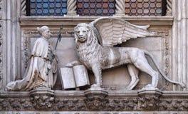 共和国总督弗朗切斯科下跪在圣马克前狮子的Foscari  图库摄影