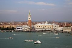 共和国总督` s宫殿、钟楼Piazza的di圣Marco和大运河看法从圣乔治Maggiore,威尼斯教会belltower, 免版税库存照片