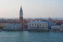 共和国总督` s宫殿和圣马克` s大教堂钟楼的看法在一个9月晚上 意大利威尼斯 库存图片