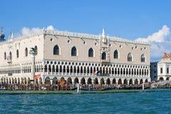 共和国总督` s宫殿的看法在一个晴天 意大利威尼斯 库存图片