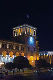 共和国正方形在耶烈万在晚上 澳洲市时钟大厅找出珀斯西部塔的城镇 大厦的照明 免版税库存照片