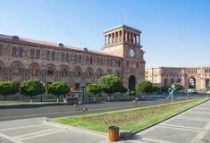 共和国正方形是中央镇中心在耶烈万,亚美尼亚的首都 大厦由自然石凝灰岩制成 免版税图库摄影
