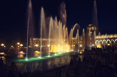 共和国的正方形在耶烈万 有启发性喷泉在晚上在城市的中心 免版税库存照片