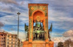 共和国的纪念碑在塔克西姆广场的在伊斯坦布尔 库存照片