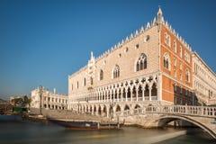 共和国总督的宫殿和长平底船在威尼斯 免版税图库摄影