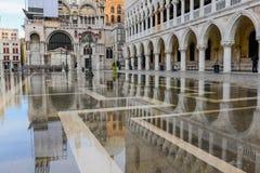 共和国总督的宫殿的Relection在威尼斯 免版税库存图片