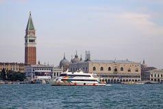 共和国总督的宫殿, Piazza的di从圣乔治Maggiore,威尼斯,意大利海岛的圣Marco钟楼看法  免版税库存照片