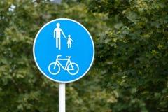 共有的用途道路路标绿色背景 库存照片