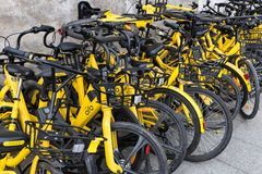 共有的自行车把路放到一边 图库摄影