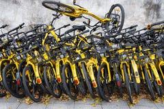 共有的自行车把路放到一边 库存照片