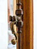 关上窗口的古色古香的葡萄酒古铜金属门闩 免版税图库摄影