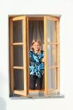 关上窗口的女孩 免版税库存照片