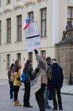 关于丢失的物产布拉格城堡的孤立抗议者 图库摄影
