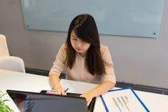 关于互联网的亚洲雇员查寻信息 图库摄影