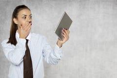 关于互联网的可怕信息,女实业家在ta读 库存照片