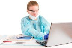 关于便携式计算机的医生输入的信息 库存图片