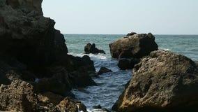 关于哪些断裂海泡沫似的波浪的岩石 股票录像