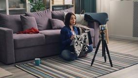 关于围巾的时尚vlogger记录的录影谈话使用智能手机照相机 影视素材