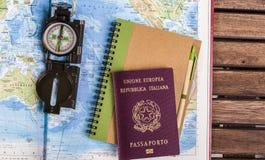 关于地图的指南针、护照和块笔记 库存图片