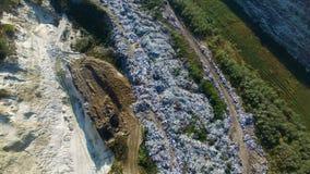 关于垃圾堆的飞行 运转在地面上的挖掘机 股票录像