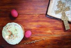 关于基督徒复活节的构成用鸡蛋和灼烧的蜡烛 图库摄影