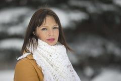 关于多雪的云杉的女孩 库存图片