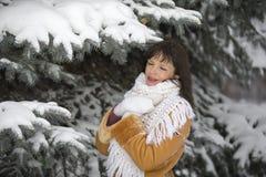 关于多雪的云杉的女孩 库存照片