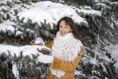 关于多雪的云杉的女孩 免版税图库摄影