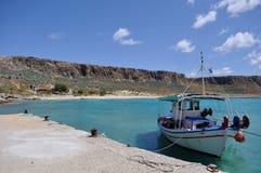 关于天蓝色的海岸的小船 库存图片