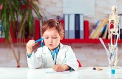 关于实验的逗人喜爱的小的科学家文字笔记在实验室 免版税库存照片