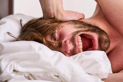 关于怎样的技巧叫醒感到新鲜和精力充沛 如何起来在新鲜早晨的感觉 睡过头的上午 免版税库存图片