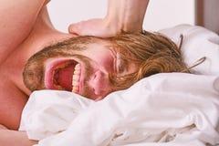 关于怎样的技巧叫醒感到新鲜和精力充沛 如何起来在新鲜早晨的感觉 睡过头的上午 图库摄影