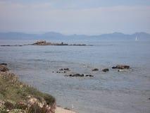 关于断层块des Maures的一个看法从沿海路向圣特罗佩 免版税库存图片