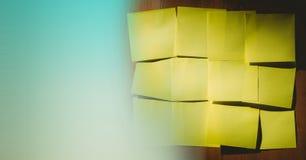 关于木盘区和绿色转折的黄色稠粘的笔记 免版税库存图片