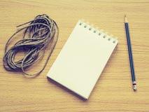 关于木盘的纸笔记与铅笔和回收绳索 库存图片